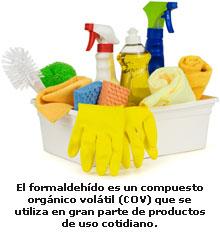 Productos y materiales de limpieza dentro de un cubo